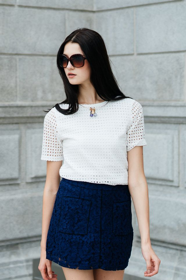 Quenny Contrast Lace Skirt in Navy (XS)