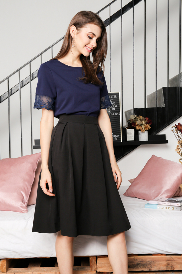 Carissa Pleated Midi Skirt in Black (L)