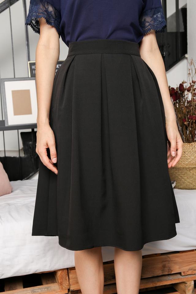 Carissa Pleated Midi Skirt in Black (L)