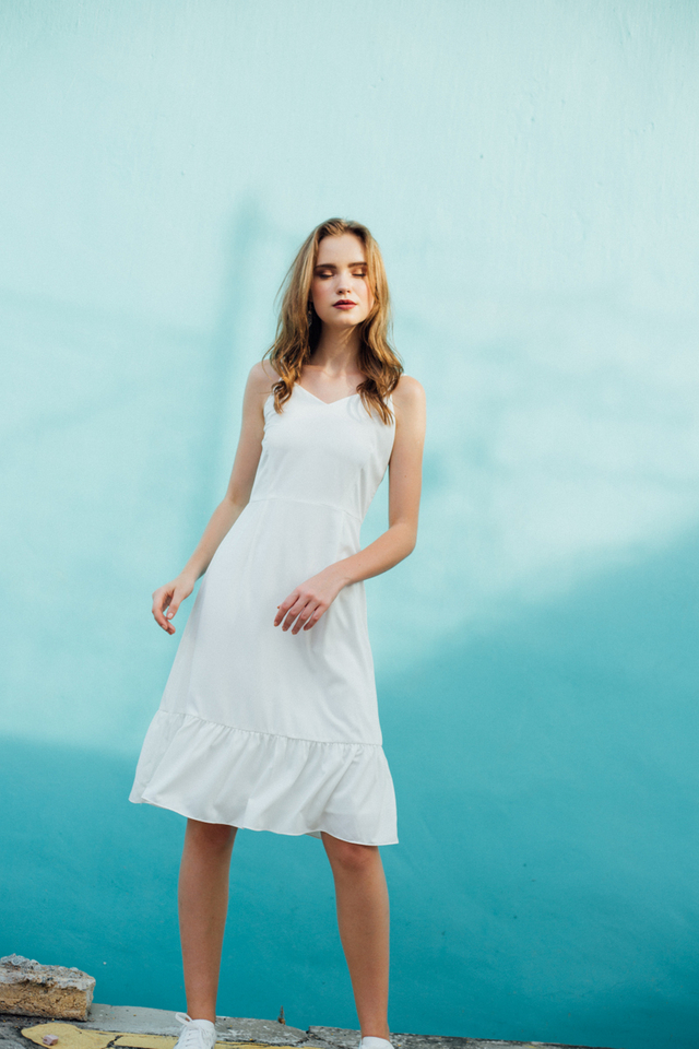 Berlin Ruffled Hem Dress in White (L/XL)