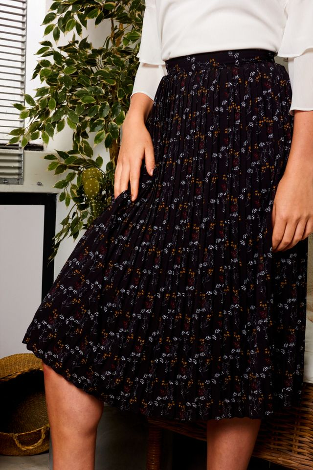 Daralice Floral Pleated Midi Skirt in Black