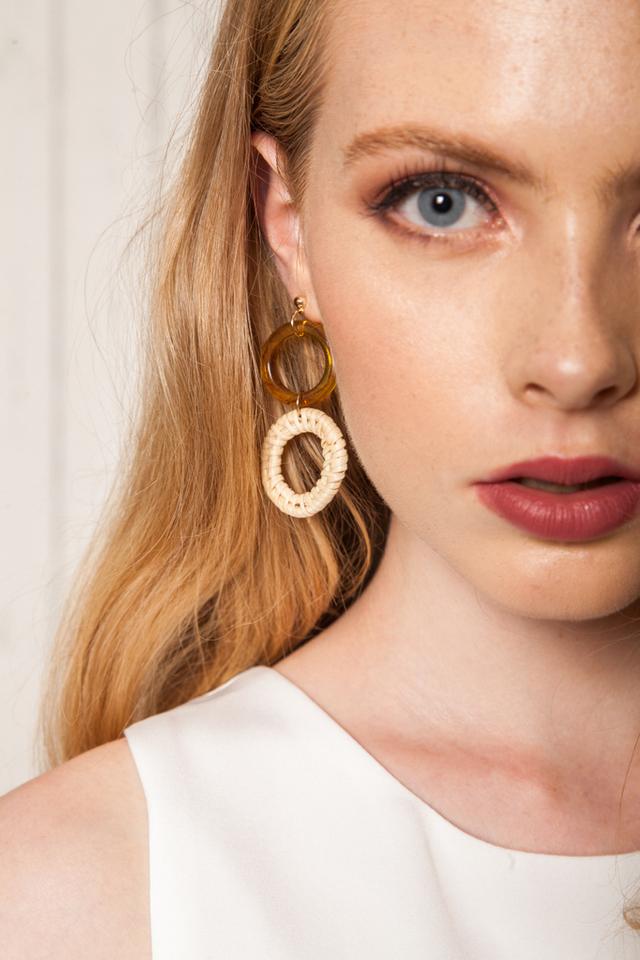 Vasilia Round Straw Earrings in Caramel