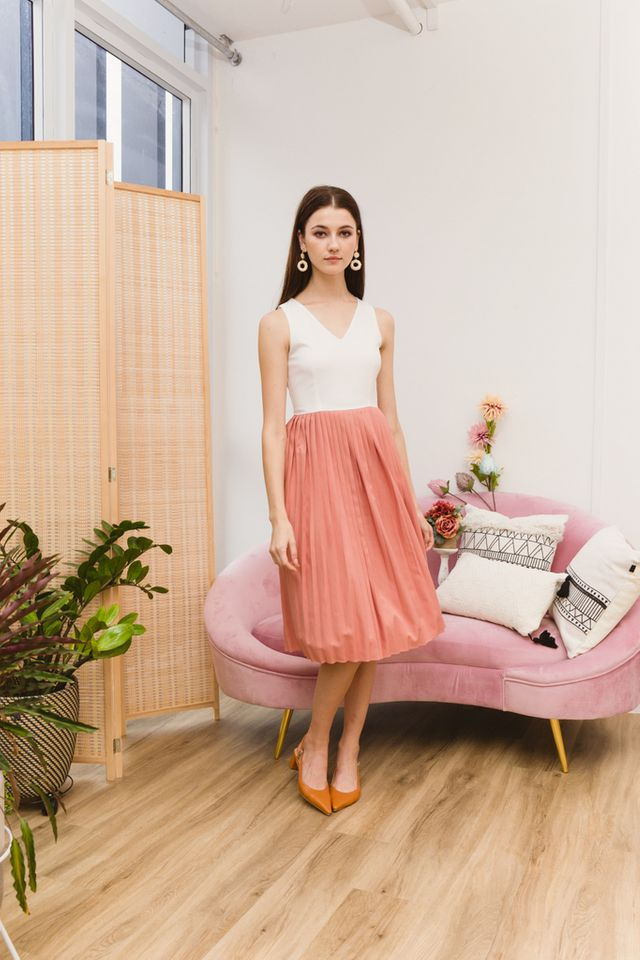 Eryne Two-Tone Pleated Dress in Salmon Pink