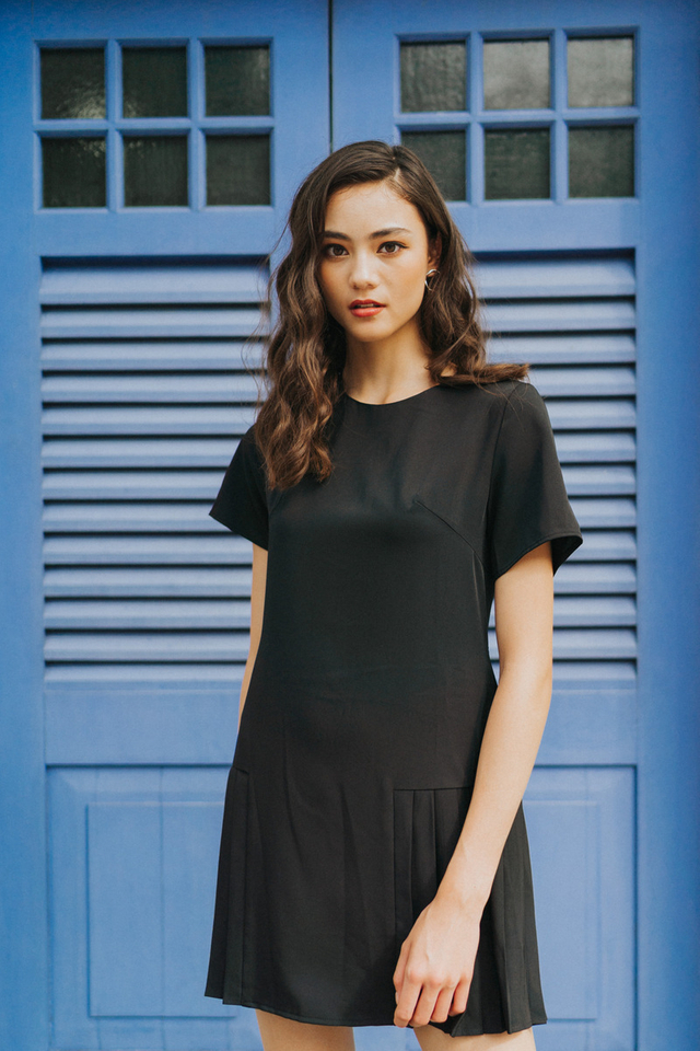 Alycia Side Pleated Dress in Black (XS)